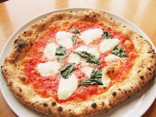 Pizza当店は「真のナポリピッツァ協会」に加盟。自信を持ってご提供できるPizzaです。高品質の小麦粉や、チーズ、トマトなどを使用し、小麦の香りと甘みが自慢です。 是非ご賞味ください。⇒Lunch   ⇒Dinner